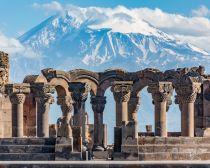 Ruines du temple Zvartnos avec le mont Ararat en fond - Erevan