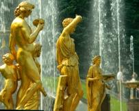 Les statues en or de la fontaine